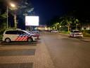 Op de Verzetslaan en Pikeursbaan houden de politiemensen de wacht.