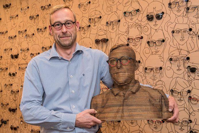 Filip Van Heghe, met 3D-geprinte bril, bij zijn 3D-borstbeeld.