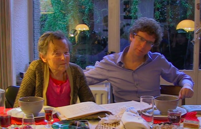 Arnon Grunberg en zijn moeder, Laureen Nussbaum. Grunberg: ''Max und Moritz', waaruit mijn moeder voorlas, leerde me dat het er niet om gaat keurig te zijn, slechts om keurig te lijken.' Beeld Still uit de documentaire Avondbloem
