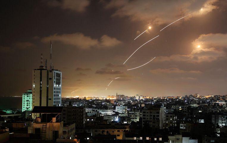 Raketten afgevuurd door Hamas vanuit de Gaza-strook worden onderschept door het Israëlische raketafweersysteem.  Beeld AFP