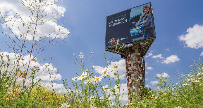 Honderden nestkasten telt de nieuwe reclamemast langs de A2 bij Utrecht. En een bloemenveld voor stuifmeel voor de wilde bijen.