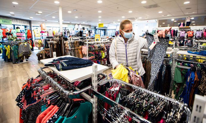 Nicole is een van de klanten die komt winkelen bij de Jola bij de Westermarkt.