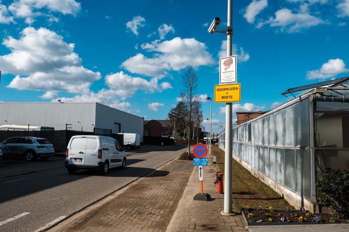 De Oudestraat, waar doorgaand verkeer wordt geweerd. Enkel inwoners van de Oudestraat, Mastboomstraat en Ysselaarlaan en bestemmingsverkeer mogen er gebruik van maken. Ook nu de Kontichsesteenweg is opgebroken.