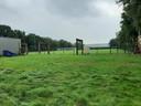 De plek waar de nieuwe gymzaal moet komen; tussen het clubgebouw van handboogvereniging Rozen van Oranje en het spoor.