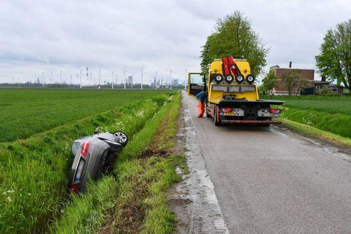 De auto met Belgische kenteken werd achtergelaten in een sloot bij Rilland.