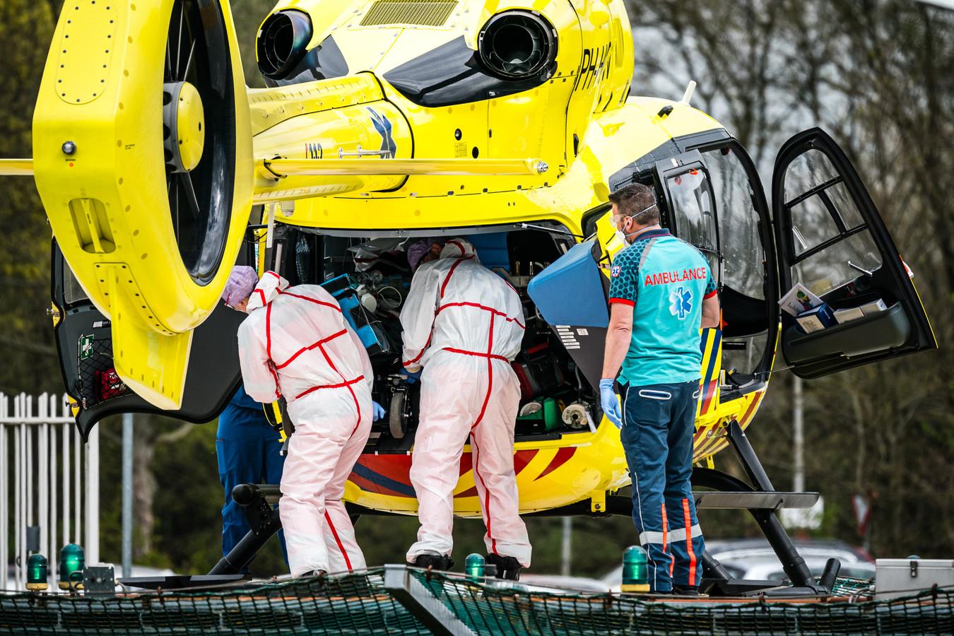 De traumahelikopter brengt een coronapatient van het Elisabeth-TweeSteden Ziekenhuis in Tilburg naar het UMCG in Groningen.