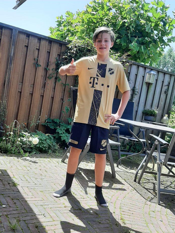 Jette (11) showt het gouden tenue, het zogenoemde derde shirt van FC Utrecht. Het nieuwe uitshirt volgt eind van de maand.