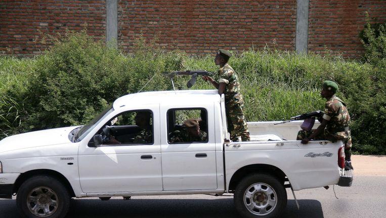 Militairen rijden door de straten van de hoofdstad Bujumbura. Beeld AFP