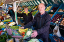 Al decennialang een vertrouwd gezicht op de markten in Zutphen, Gorssel en Eerbeek: Eef en zijn zus Gerrie in hun groente- en fruitkraam.
