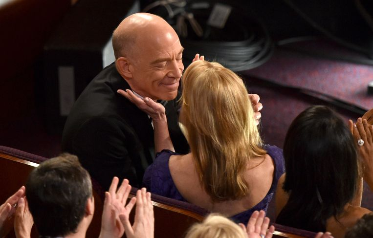 J.K. Simmons geeft zijn vrouw Michelle Schumacher een zoen. Beeld AP