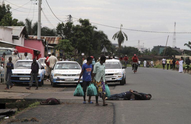 Lichamen liggen op straat in de wijk Nyakabiga in de Burundese hoofdstad Bujumbura, na een wraakactie van het leger afgelopen weekend. Beeld REUTERS