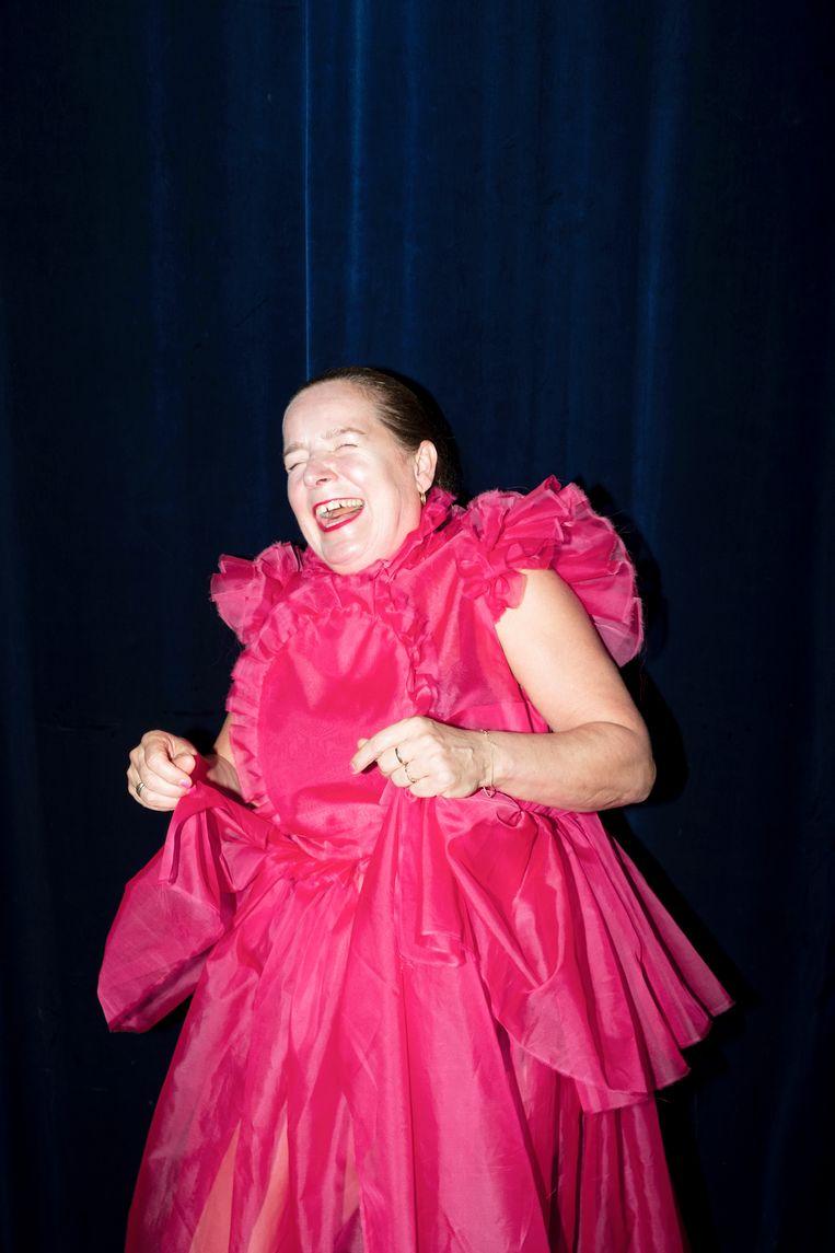 Manja Topper als Claire in 'de rode jurk'.  Kosters: 'De tekst loopt dus niet synchroon met wat je ziet – Claire heeft het over rood, en het is duidelijk superroze – maar het raakt elkaar in de hysterie.' Beeld Marc Deurloo