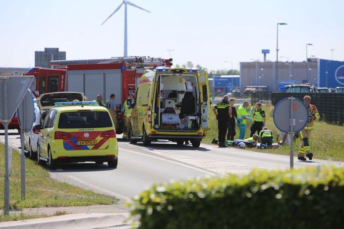 Een motorrijder is ernstig gewond geraakt nadat hij in de sloot is beland op de Elsepasweg in 's-Heerenberg.