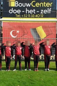 Le salut militaire turc reproduit par des jeunes joueurs de Beringen