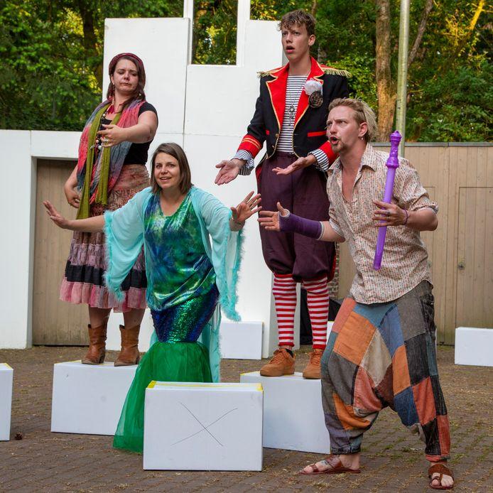 De jeugdtheatergroep van De Kersouwe speelt het stuk De Fantastelingen.