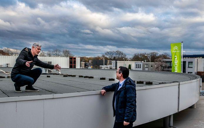 Herald Verhagen (links) op het dak met Olaf Mengers, een van zijn twee compagnons in Citroën-garage Bertens.