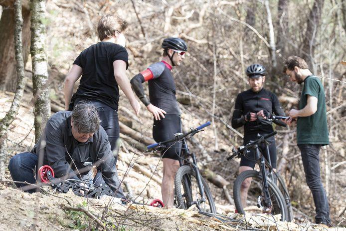 Filmopnames in wording. Links producer Robin Sip met de camera en twee hulpkrachten. De mtb'ers zijn Han Nij Bijvank (links) en Jan-Willem Smits.