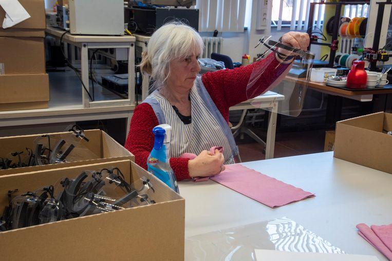 Personeel van Scheppers maakt beschermende maskers voor de zorgsector.
