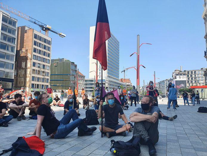"""Het Anarchistisch Collectief Antwerpen was ook aanwezig: """"We moeten meer naar een systeem met open grenzen evolueren. Er komt een gigantische ramp op ons af."""""""
