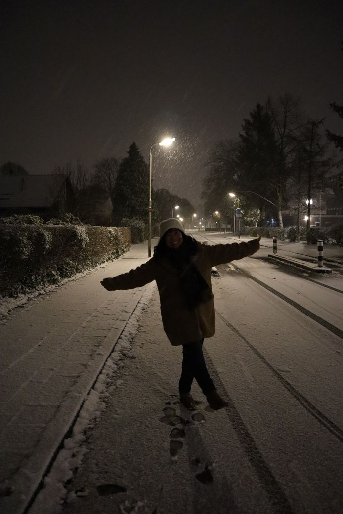 Blij op haar 50ste verjaardag om de sneeuw die in de avond toch nog kwam! Paladijnenweg, wijk Schothorst.