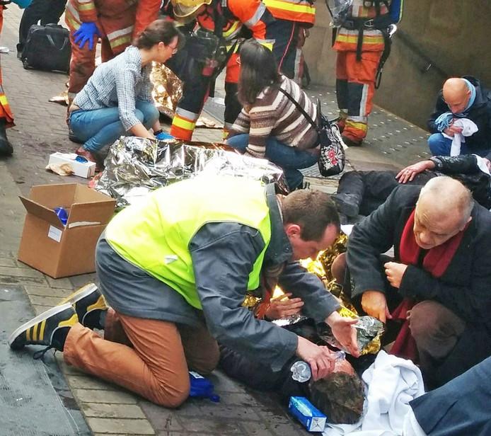 Hulpverlening in actie na de aanslag in Brussel.