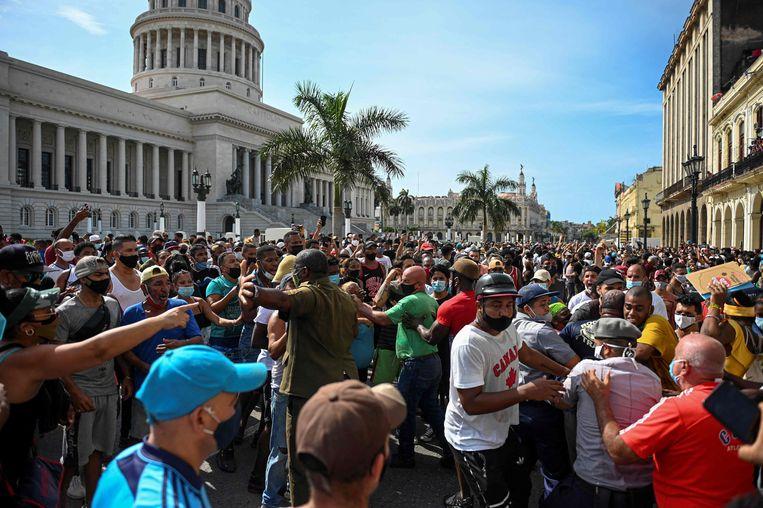 Mensen protesteren tegen de regering van de communistische president van Cuba, Miguel Diaz-Canel. Beeld AFP