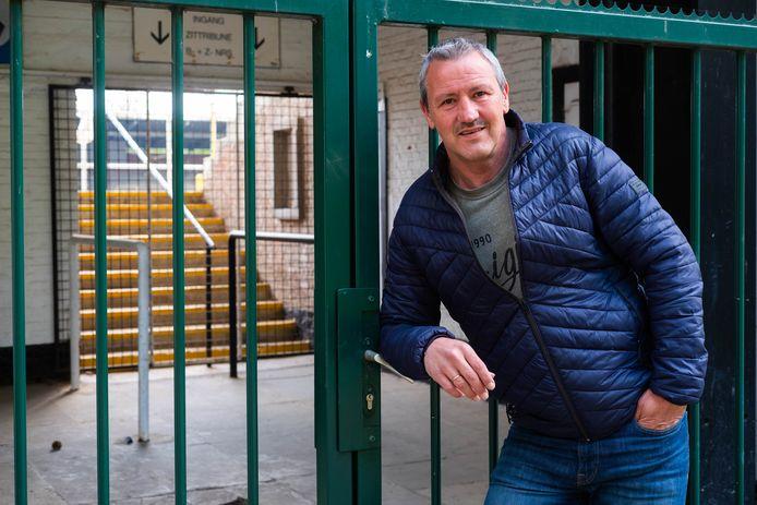 Bruno Versavel aan de poorten van het Warandestadion, waar hij KFC Diest weer op de nationale voetbalkaart wil zetten.