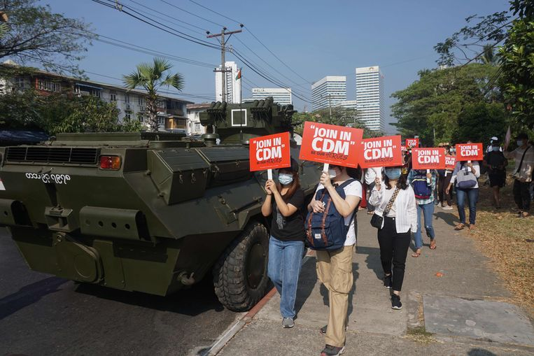 In Yangoon gingen maandagmorgen weer honderden studenten de straat op om te demonstreren tegen de junta.  Beeld AFP