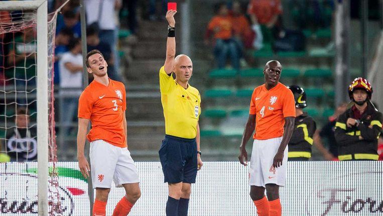 Bruno Martins Indi (R) krijgt de rode kaart en een penalty tegen van scheidsrechter Karasev na een overtreding op de doorgebroken Zaza. Beeld anp