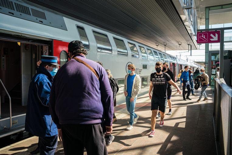 Drukte in het treinstation Gent-Sint-Pieters gisterenmiddag. Vooral de treinen richting zee waren overbevraagd met lange wachtrijen tot gevolg. Beeld Wouter Van Vooren