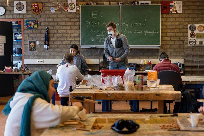 Praktijkvakken mogen fysiek plaatsvinden, zoals hier op Praktijkschool Helmond, maar leerlingen moeten wel 1,5 meter afstand houden.