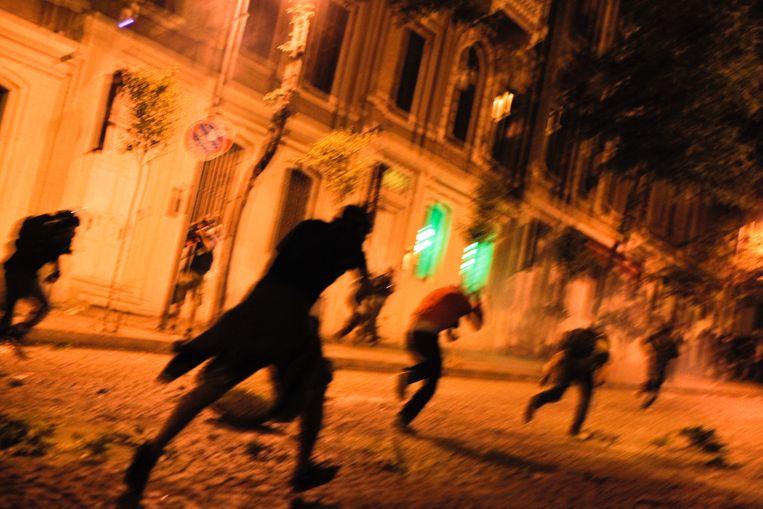 Demonstranten in Istanbul worden zondagavond verjaagd door de politie. Beeld AFP
