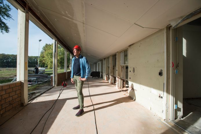 Richard Schul in de lichthal van De Klokkenberg waar vroeger de tbc-patiënten herstelden van hun ziekte, straks zijn dit woonserres.
