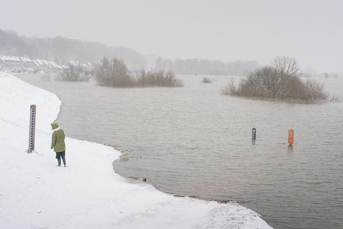 Het is hoogwater, maar de Grebbedijk is nog hoog genoeg om het allemaal tegen te houden.