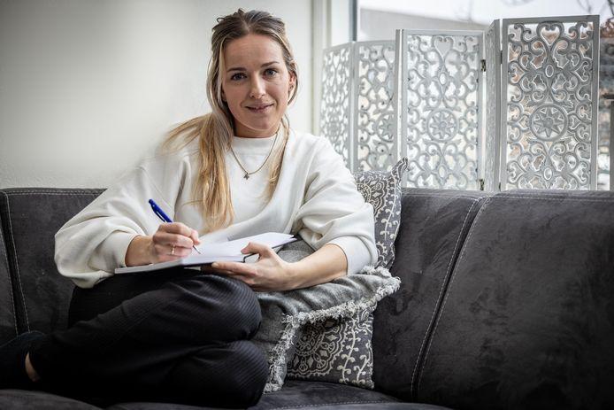 Zangeres Eline Bakker schrijft haar eigen nummers.