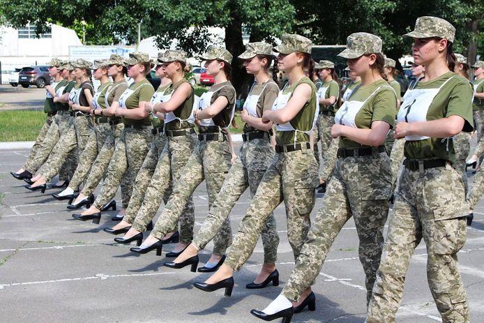 De door de persdienst van het Oekraïense ministerie van Defensie vrijgegeven foto van de oefening voor de 'hogehakkenparade' in Kiev.