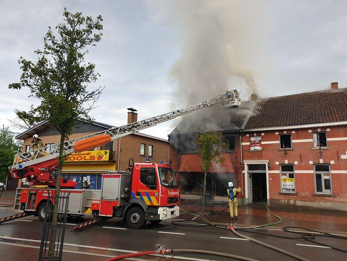 De brandweer probeert het vuur onder controle te krijgen.