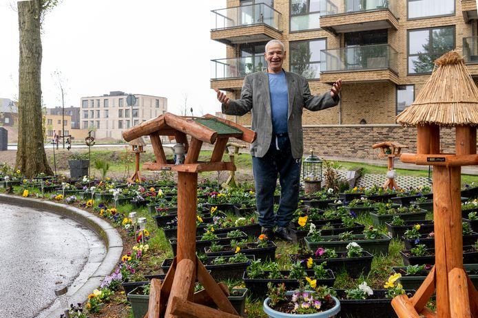 """Fadil Salama fleurt met zijn planten in de Zwaluwstraat de Amersfoortse wijk Liendert op. ,,Ik hou van Nederland. Mooi land, mooie mensen. Ik geniet ervan dat iedereen hiervan geniet."""""""