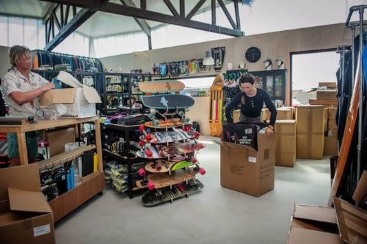 Ollie Smart en Daphne Oudekerk ruimen de surfshop van Aloha in. Deze week gaat deze winkel open.