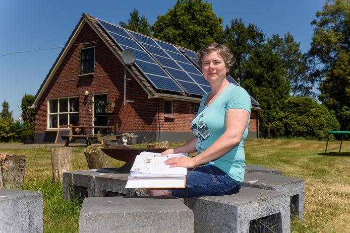"""Gerda Briene uit Wierden. """"Mondkapjes beschermen onze medewerkers tegen de fijnstof in een kippenschuur."""""""