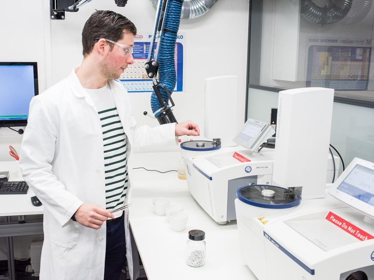 Het laboratorium van Polyscope in Geleen, waar kunststoffen worden ontwikkeld die worden verwerkt in auto's. Beeld Simon Lenskens
