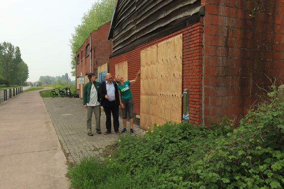 Annick, Veerle en Bart van Groen Zoutleeuw tonen het pand dat plaats maakt voor een nieuwbouw.