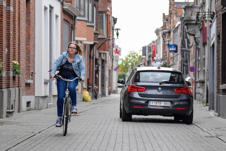 Fietsers die de Kapellestraat in tegengestelde richting inrijden moeten uitwijken als ze een auto kruisen .