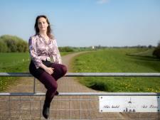 Millingse Masha maakt kunstwerk van riviervervuiling: 'Wil uit iets vies uiteindelijk iets moois maken'