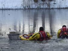 Brandweer trotseert ijskoud water om eendje te redden bij Veldhoven