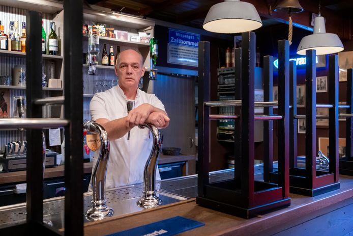 Hans de Beus neemt na afloop van een werkdag in de ouderenzorg een kijkje in Het Hof, waar de krukken al tien maanden op de bar staan.
