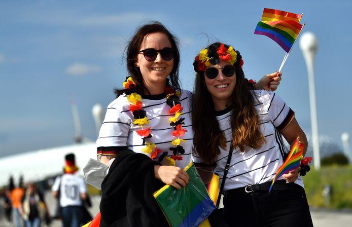 Duitse fans in München met regenboogvlaggen.