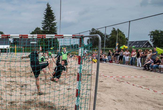 Het Hengevelder beachveld is meteen na de opening in gebruik genomen.