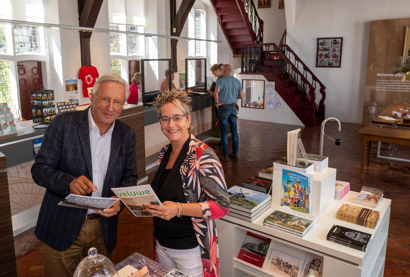 Jaap Streefkerk en Barbara Koopmans in het VVV-kantoor in Elburg.