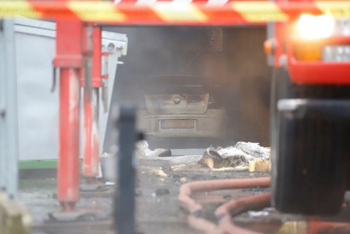 De auto in de uitgebrande loods.